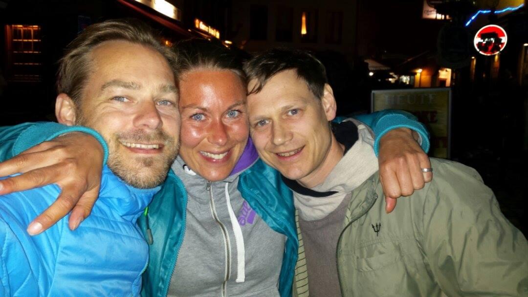 03:00. Frankfurts partydistrikt. Dricker caipirinha med mina tyska supporters efter att ha vunnit tyska mästerskapen över 100 km tidigare på dagen. Återhämtning är min superkraft. Det är roligt att vara ultralöpare.