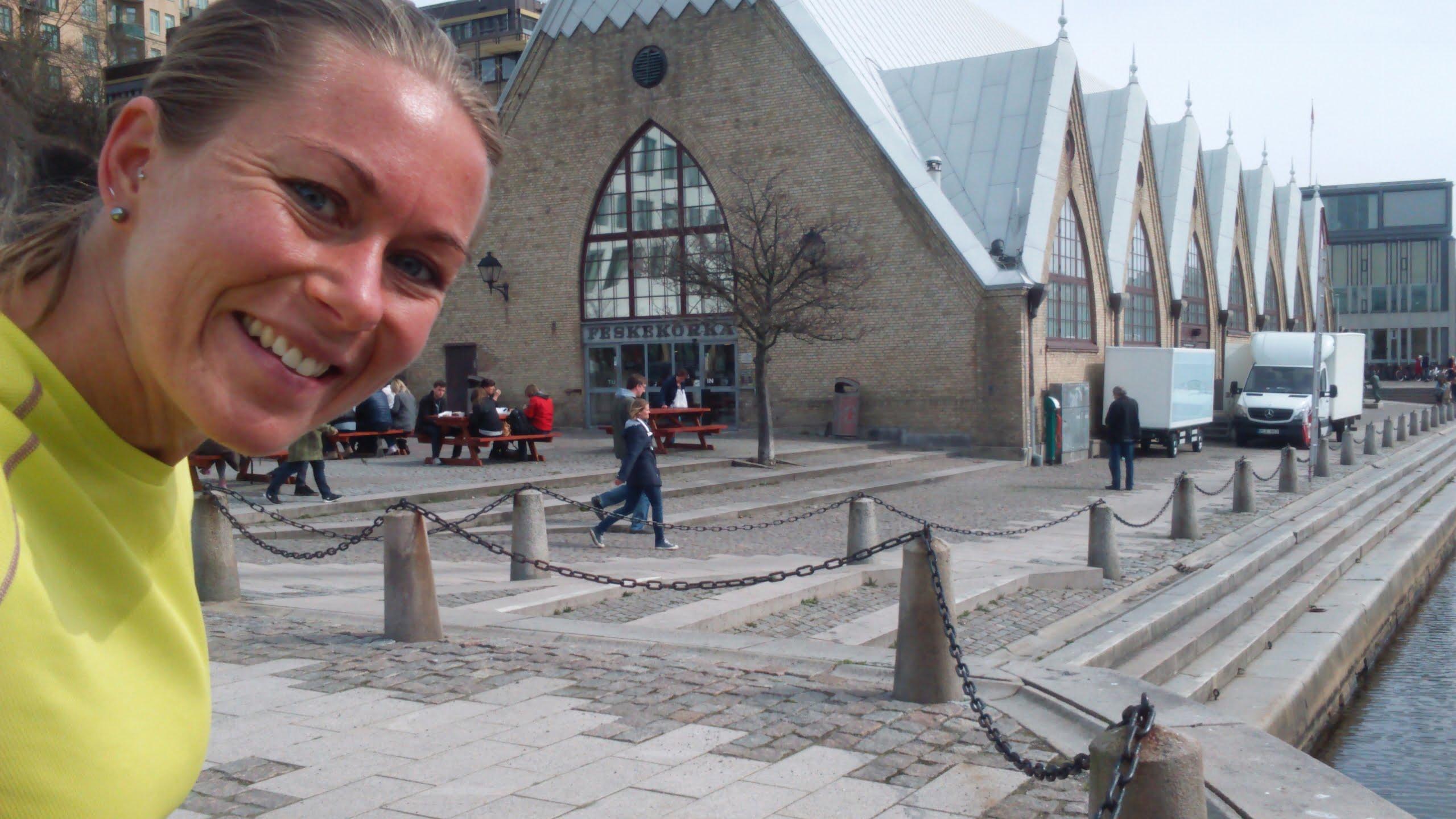 Tåget gick vidare mot Göteborg och efter att ha fått lämna väskan på en restaurang tog jag en löprunda förbi Fiskekyrkan och några svängar i Slottsskogen. Raggardusch på toaletten och lunch med Linda som jag inte träffat på länge innan jag tog bussen till Sisjön.