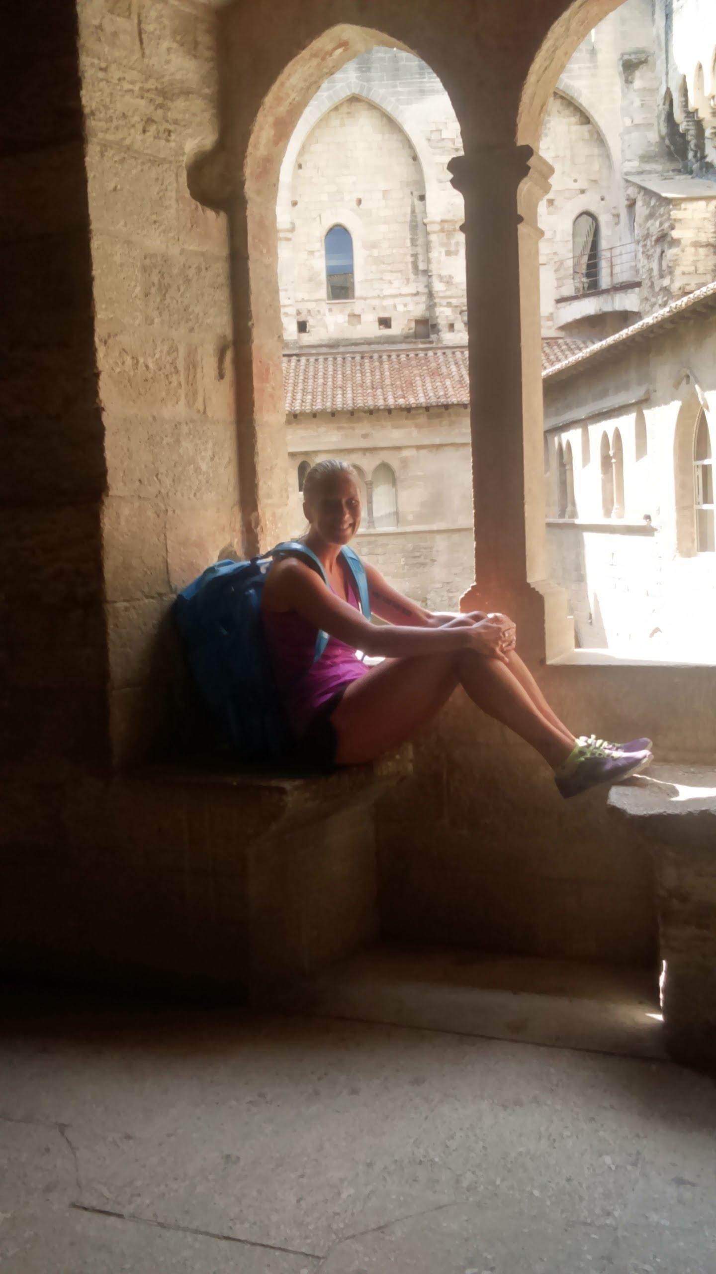 En hektisk dag med mycket tågresor och en hel massa medeltid. Behövde ta en paus ibland. Undrar hur många munkar som suttit i detta fönster innan mig.